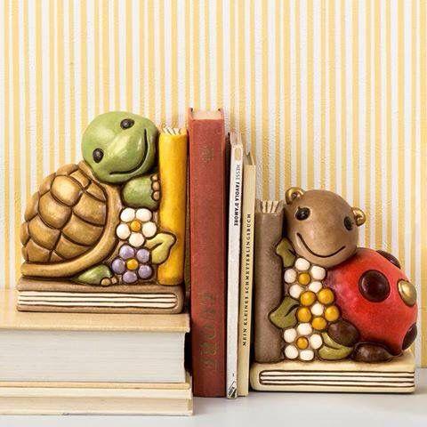 Ami il #mondo #Thun e ami leggere ?!... Scopri i tantissimi #reggilibri realizzati da THUN, #oggetti in #ceramica dipinta a mano che decorano allegramente ogni angolo della tua #casa... Coccolati con la fortuna della #coccinella, la saggezza della #tartaruga ed un buon #libro !!!
