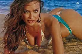 Il lato b da urlo di Irina Shayk, la modella in pose super sexy in spiaggia<span class='video_title_tag'> -Video</span>