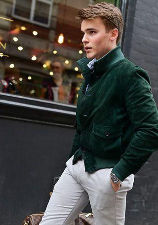 グリーン色バルスターブルゾン×白パンツの着こなし(メンズ)   Italy Web