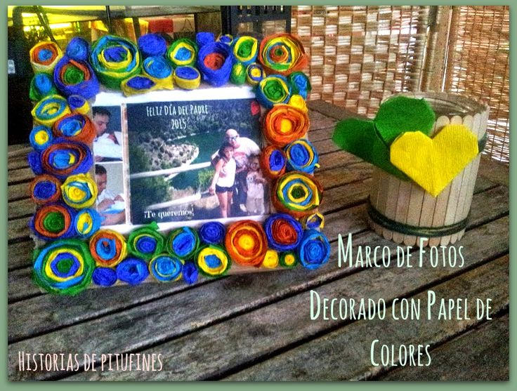 Marco de fotos decorado con papeles de colores…