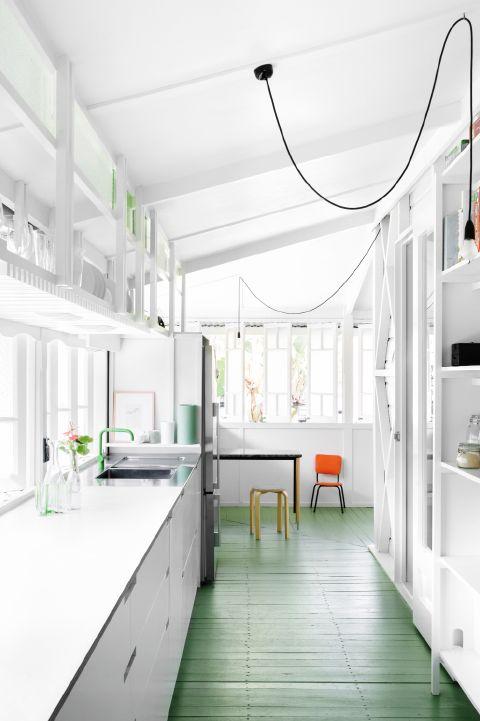 Plancher vert et cuisine blanche sur my scandinavian home