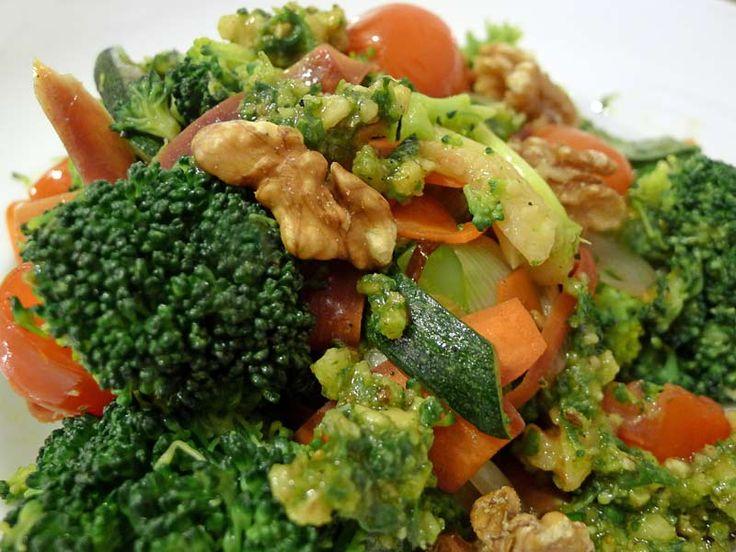 Gemischtes Gemüse mit Walnuss-Basilikum Pesto - Öow Carb