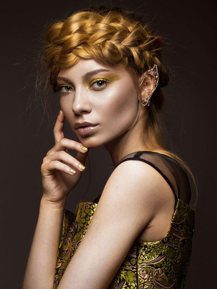 Flechtfrisur für langes Haar: Zu Beginn müsst ihr einen Mittelscheitel ziehen und eure Haare zu zwei Zöpfen flechten. Nun beide Zöpfe am Oberkopf übereinander legen und mit einigen Haarklammern feststecken. Zum Schluss mit Haarspray fixieren, fertig sind die Gretchenzöpfe!Hier zeigen wir euch noch mehr Inspirationen: Langhaarfrisuren
