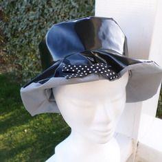 Chapeau de pluie en vinyle noir doublé d'un coton gris  femme