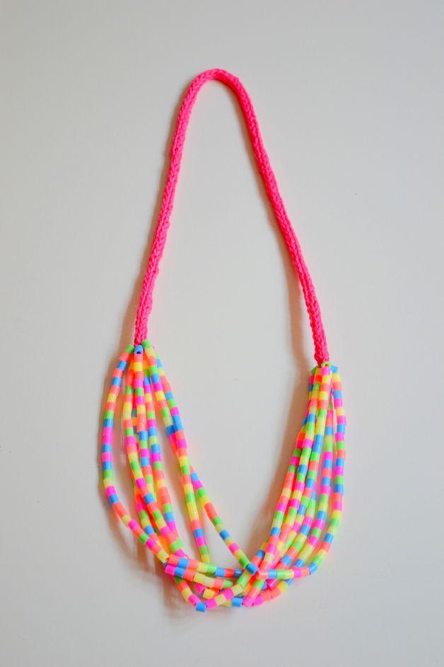★ Epinglé par le site de fournitures de loisirs créatifs Do It Yourself https://la-petite-epicerie.fr/fr/175-perles-plastiques-et-synthetiques ★ perler necklace