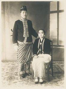 Raden Adipati Ario Danoesoegondo van Magelang met Raden Ajoe  Kebaya Jawa Tengah kuno