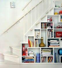 Trappa med bokhylla