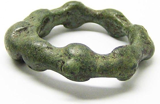 Er is een rede waarvoor ik deze foto gaping heb. Niet omdat ik de ring per se mooi vind. Wat vooral bijzonder is aan deze ring is de vorm. Deze ring komt uit het Bronzen tijdperk. Deze ring, uit rond 1100 - 800 v.Chr., heeft een zeer ongebruikelijke en unieke vorm.
