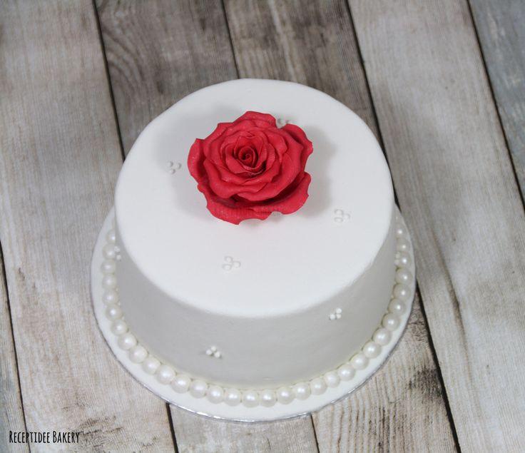 Bruidstaartje met rode roos. De taart is gevuld met vanille cake en hazelnoot / praline crème.  Weddingcake with a red rose. Filled with hazelnut and praline buttercreme. #rose #cake #cakedecoration #receptideebakery #weddingcake