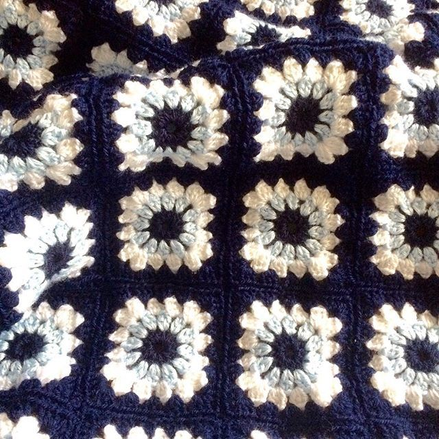 Satilik diz battaniyesi veya bebek battaniyesi olarakta kullanilabilir, 1.00*1.00 olculerinde hemen teslim💙 bilgi ve siparis icin DM📥#crochet#crocheting#yarn#knit#handmade#grannysquare#grannysquaresrock#crochetersofinstagram#babyblanket#siparis#crochetblanket#siparisalinir#örgü#yün#örgübattaniye#bebekbattaniyesi#koltuksali#dizbattaniyesi#elyapimi#tigisi#flowerpowerblanketحياكة#صوف#hækle#haken#編み物#ganchillo#tejer#virka#motif