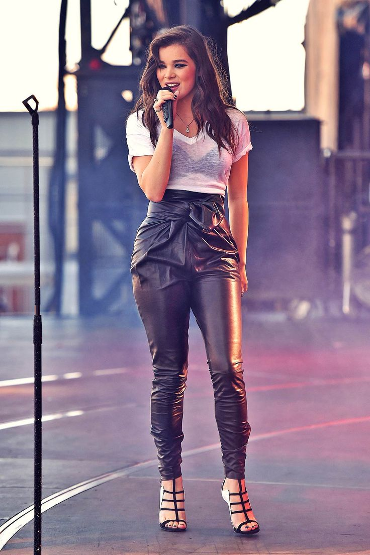 Hailee Steinfeld performs at 2015 iHeartRadio Music Festival