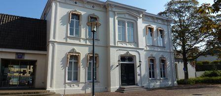 De villa waarin een deel van het gemeentehuis is gevestigd. De villa werd in 1868 door textielfabrikant Jan Mathijs Eijcken gebouwd.