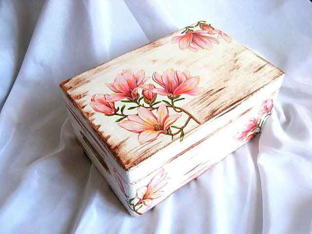 Magnolii pe fundal antichizat, cutie lemn decorata cu magnolii - cutie cu capacul rabatabil si cu manere