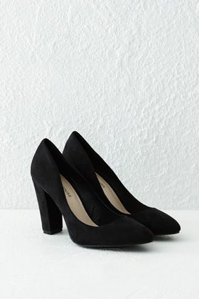 This pair of smart court shoes features a soft suede upper and pointed toe. #WARESTYLESS15