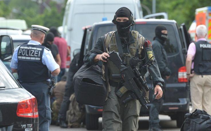 In Stuttgart Hat Ein Spezialeinsatzkommando Der Polizei Eine Kanzlei Gesturmt Im Keller Entdeckte Sie Zwei