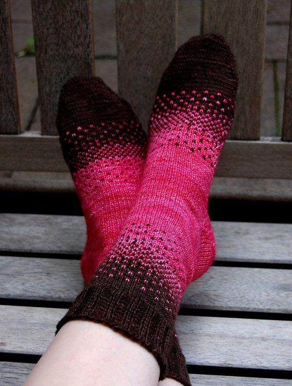 Knit Sock Pattern | There & Back Again Socks. Schade, dass ich nicht zweifarbig stricken kann