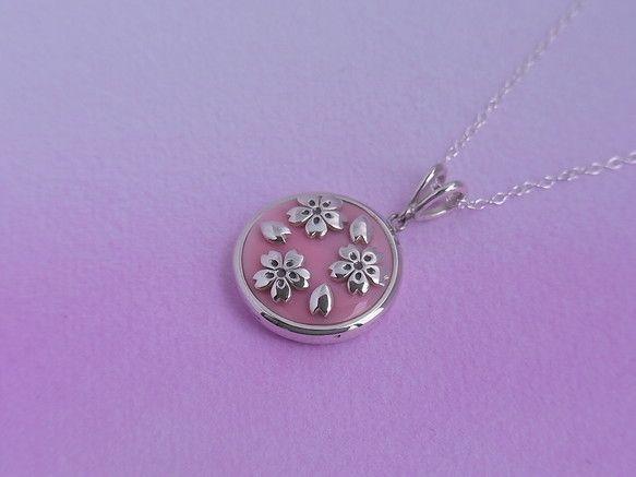 桜のペンダントです。桜とコンク貝を組み合わせました。コンク貝はピンク色の大きな巻貝。桜色にも似た色合いが桜のイメージを膨らませます。裏は桜吹雪の透かし模様にな...|ハンドメイド、手作り、手仕事品の通販・販売・購入ならCreema。