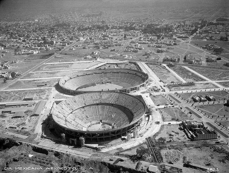 La Plaza de Toros México y el Estadio Olímpico de la Ciudad de los Deportes, hoy llamado Estadio Azul, en construcción a inicios de 1946. Más arriba se ven la Avenida de los Insurgentes y las calles de las colonias Insurgentes San Borja y Del Valle.