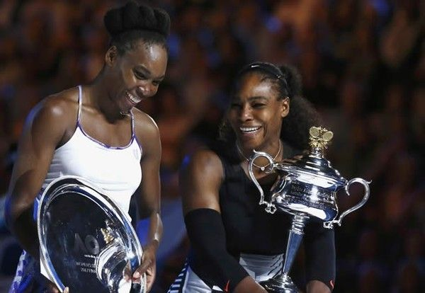 1月28日 全豪オープン決勝 セレナ勝ったわー! サーブもリターンも力強かったなあ‼︎ グランドスラム優勝23回で1位に! おめでとう!! ---Miki  ウィリアムズ姉妹対決となった決勝戦。妹のセリーナ(右)が2年ぶり7度目の優勝を飾った