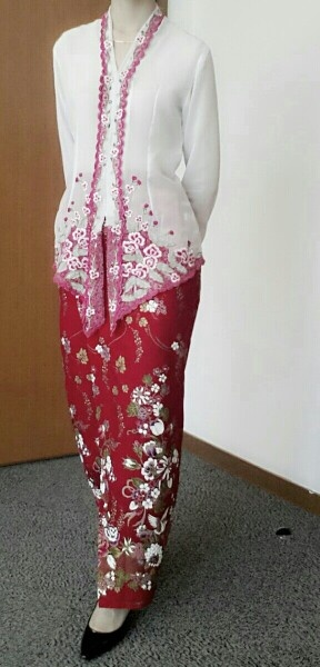kebaya sulam merah Note the collar