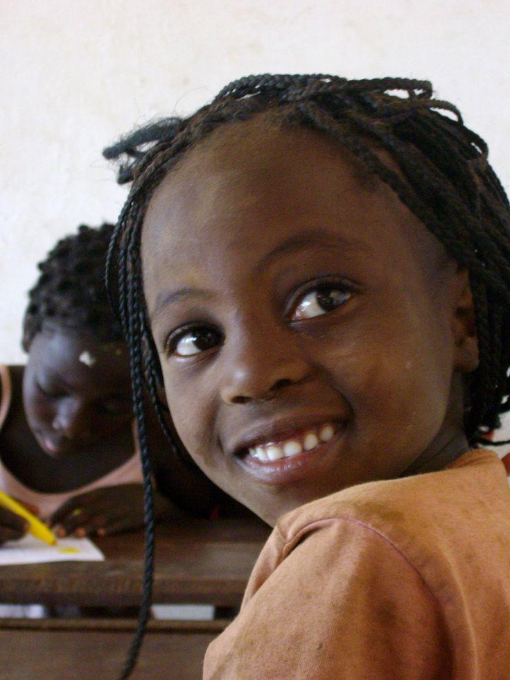 Tra i banchi di scuola, tanti sorrisi