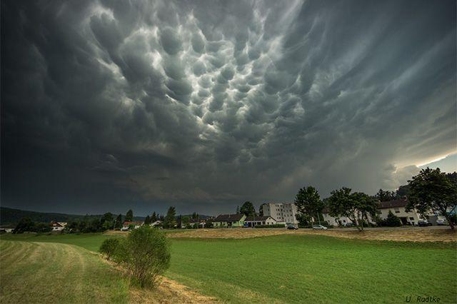 Fotostrecken - Wetter Bilder und Fotos -  Ebenfalls Mammatus-Wolken hier bei Sigmaringen. Bild: Uwe Radtke
