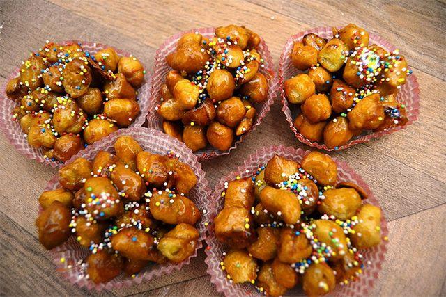 CICERCHIATA  È tipico dell'Abruzzo, ma molto simile agli struffoli napoletani natalizi.  SI tratta di una piramide di palline di pasta frolla, fritte, rotolate nel miele e negli zuccherini colorati.