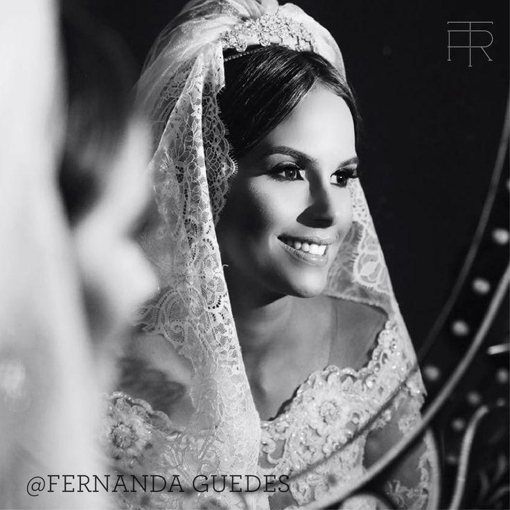 Não poderíamos deixar de elogiar a bela Fernanda Guedes que esteve deslumbrante em seu casamento. Além do vestido exclusivo da Tete Rezende Unique, ela ainda se produziu com #véu, #tiara e brincos da marca. Detalhes assim valorizam toda a ocasião. Parabéns! #noiva #bride #belezadenoiva #bridalbeauty #casamento #wedding #vestidodenoiva #weddingdress #noivado #maquiagem #inspiration #inspiracao #weddingideas #feitoamao #weddinginspiration #teterezendeunique #TRunique