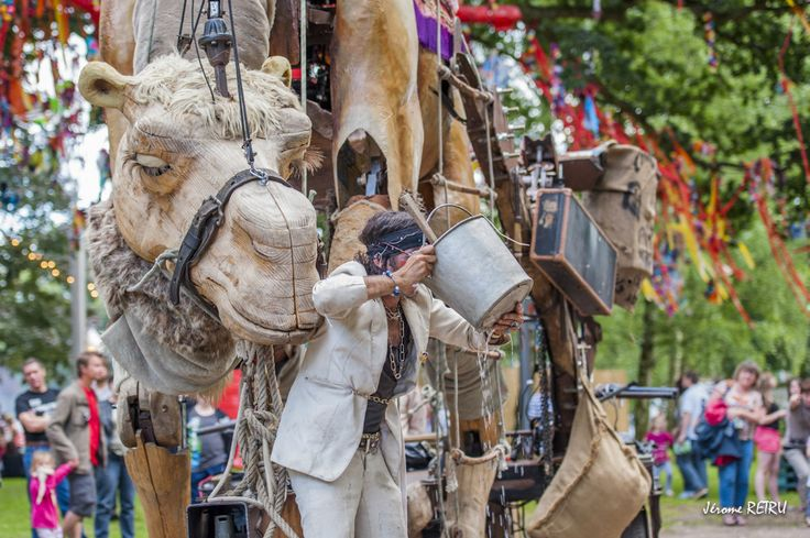 Lors du Chaînon manquant, la compagnie Bénarès présente Chamôh ! un spectacle déambulatoire et une parade, qui sillonneront la ville avec un animal de quatre mètres de haut.