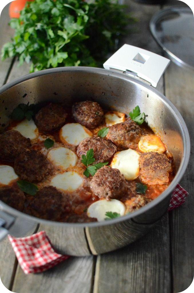 boulettes de viande rotie a la mozzarella  Pour 4 personnes Préparation : 30 min Cuisson : 25 min  Ingrédients :  - 400 g de viande de boeuf hachée - 300 g de chair à saucisse - 2 tranches de pain de mie sans croûte - 10 cl de lait - 2 échalotes - 2 petits oeufs - 1 cuil. à soupe de persil hachées - 1 cuil. à de basilic frais haché  - 2 cuil. à soupe d'huile d'olive - 1 pot de sauce tomate provençale - 1 grosse boule de mozzarella - 4 cuil. à soupe de farine - sel, poivre 22 0ct 2014