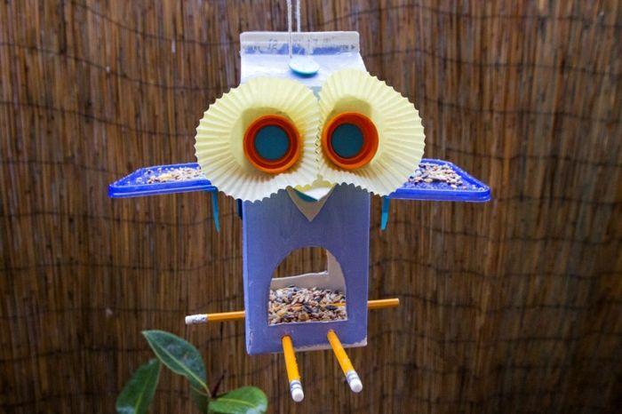 Vogelhäuschen aus Milchkarton selber basteln, lustiger Uhu mit riesigen Augen, den Karton mit Samen befüllen