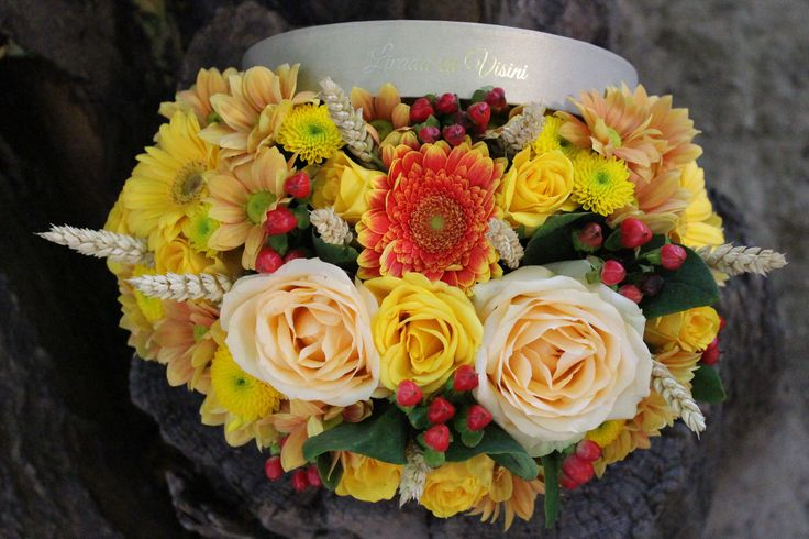 Cutie rotunda cu flori  *in afara cutiei  marimea cutiei S(13cm)-100 RON  marimea cutiei M(17cm)-130 RON  marimea cutiei L(20 cm)-180 RON -pentru alte dimensiuni, cereti oferta -pentru comenzi peste 10 buc personalizam oferta Comenzi 0723183222 sau livadacuvisini@yahoo.com Contact Paula Moldovan #flowers #box #flowersinabox #flowerbox #flowersbox #cutiecuflori #floriincutie #madewithjoy #paulamoldovan #livadacuvisini