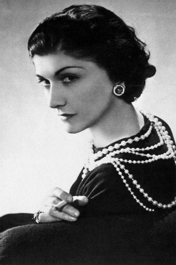 Coco Chanel dans les années 30 #mode #femme                                                                                                                                                                                 Plus