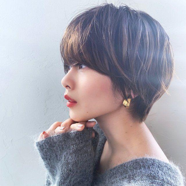 長め前髪のマッシュショートは 女性らしい丸みシルエットで 小顔 見せ