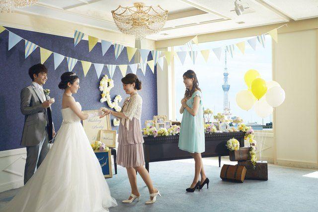 KKRホテル東京(ケイケイアールホテルトウキョウ)|結婚式場写真「ウェルカムスペースで友人と歓談」 【みんなのウェディング】