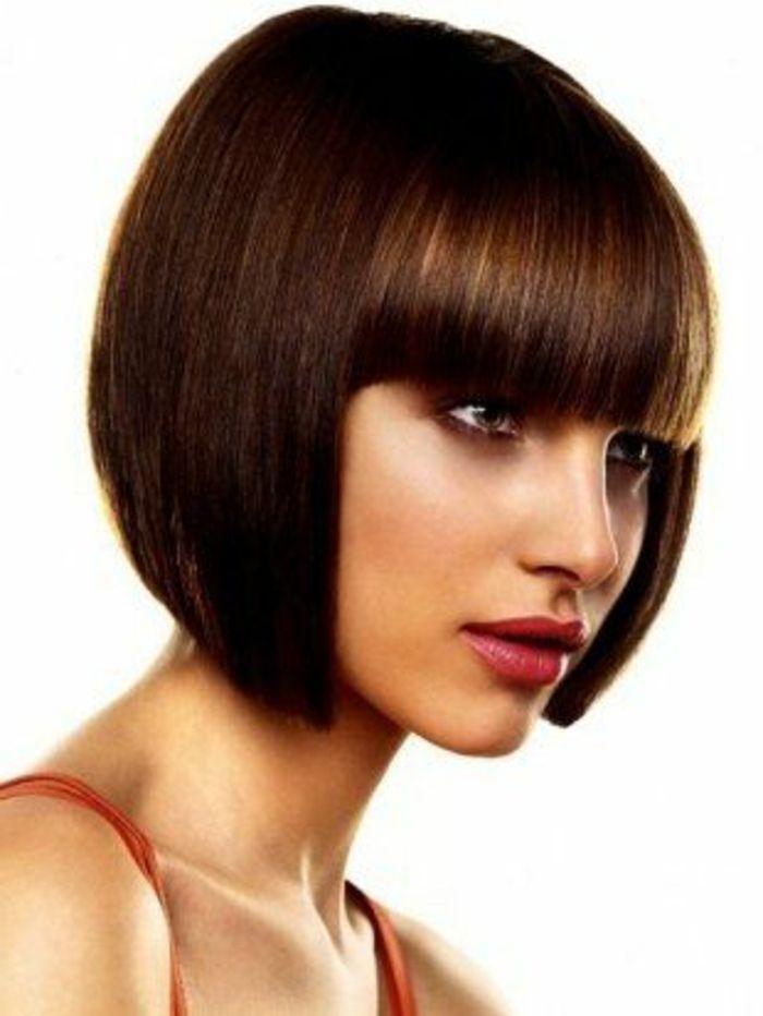 elegante Damenfrisur für glatte mittellange Haare