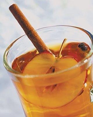 Яблочная вода с корицей - природный ускоритель метаболизма  Рецепт детокс-напитка:  1 яблоко тонко нарежьте, лучше брать ароматные сорта. 1 палочку корицы и ломтики яблок поместите в кувшин и залейте чистой водой. Поместите в холодильник на 1-2 часа.  Сочетание яблока и корицы улучшает обмен веществ, снижает вес за счет вывода лишней жидкости из тела.