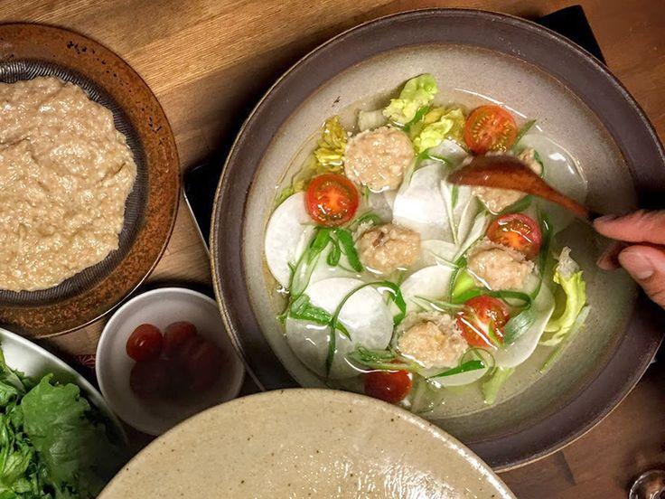 すりおろしたれんこんを入れて柔らかく仕上げた鶏だんごと野菜をたっぷり入れて中華風に仕立てた「ふわとろれんこん鶏だんごの紅白鍋」の作り方