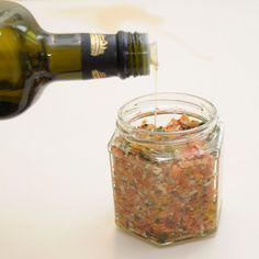 Gekörnte Brühe sorgt in vielen Speisen für den gewissen Geschmack. So eine Gewürzmischung auf Vorrat lässt sich auch mit Zutaten aus Garten und...