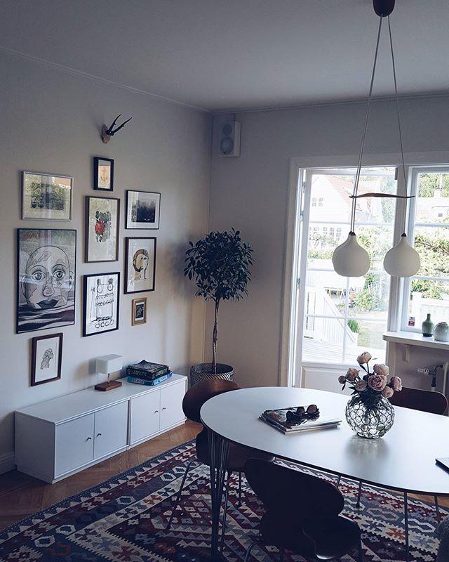 Grå och lite kall morgon, men solen kämpar för att kika fram. Ha en härlig fredag folks! Själv ska jag ta mig en halvdag för att hinna med frisör och presentköp ❤ #decor #homedecoration #interiordesign #vintagedecor #midcenturydesign #midcenturymodern #kelimrugs #tavelvägg #artwall #arnejacobsen #myran #20talshus #apartmenttherapy #decorationforall #interiør #boligindretning #husoghjem #20talshus #skandinaviskehjem #scandinavianhomes #scandinavianhomestyle #antikviteter #antiques