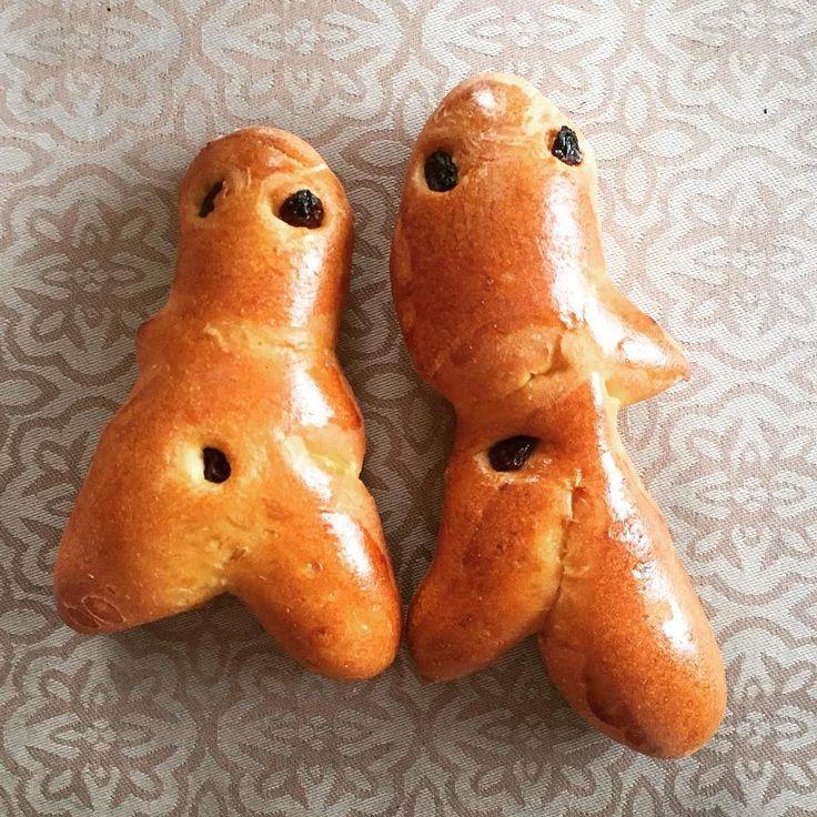 Mannele tradition Alsacienne pour saint-Nicolas est une brioche en forme de bonhomme. Ceux ci sont achetés mais on en prépare dès notre retour à Lille ainsi qu'une coquille (bien Di Nord elle ;)#brioche #patisserie #mannele #saintnicolas #cuisine #food #homemade #faitmaison N'hésitez pas à nous demander la recette nous la publierons dans notre bloghttp://ift.tt/1JtxP6n #amazing #eat #foodporn#instagood #photooftheday#yummy #sweet #yum #Instafood #dinner #fresh #eatclean #foodie #hungry…