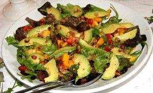Avocado-mango salade met gekarameliseerde hazelnoten