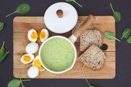 Spinat- & squashsuppe med egg og krutonger