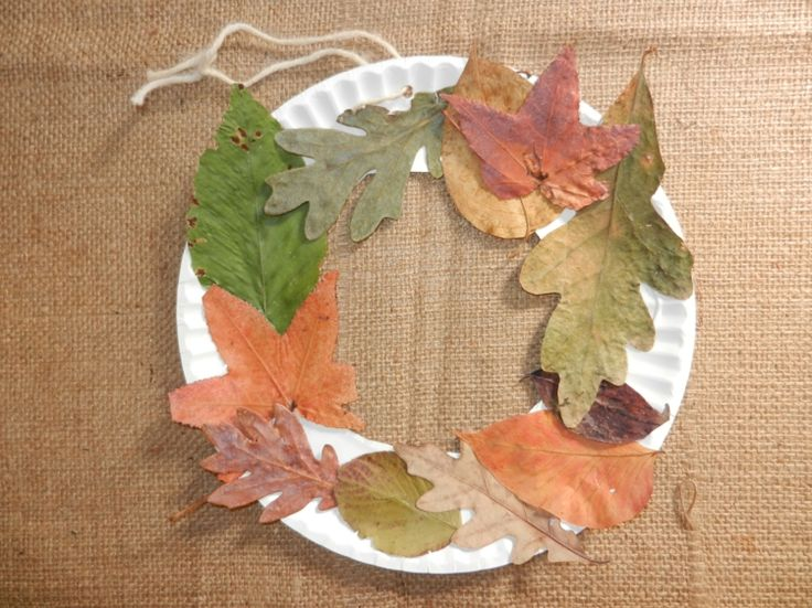 Basteln Sie einen Türkranz aus Blättern und einem Pappteller