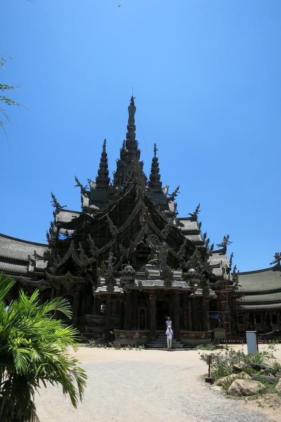 タイのサグラダファミリア「真実の聖域」 パタヤ中心街から乗合トラックでうら寂しい路地をひとっ走り。 タイ有数の大富豪、レック・ヴィリヤファンさんが私費を投じて建て始めたもの。しかし着工から30年経った今も工事は継続中。いつになったら完成するのか誰も知らず、建築を命じたオーナーも2000年に他界。寺はいつしか「タイのサグラダファミリア」と呼ばれるようになった……。