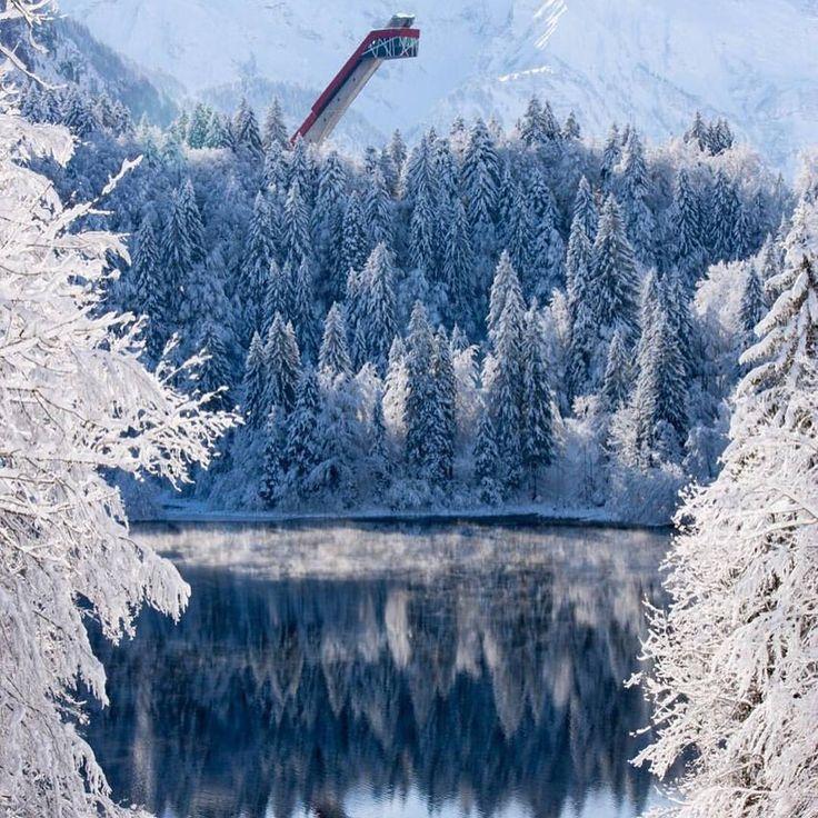 """1,340 Likes, 26 Comments - Tourismus Oberstdorf (@oberstdorf.de) on Instagram: """"Die Heini-Klopfer-Skiflugschanze - hoch über dem #Freibergsee ❄ 📷 @skiflugschanzeoberstdorf Vom…"""""""