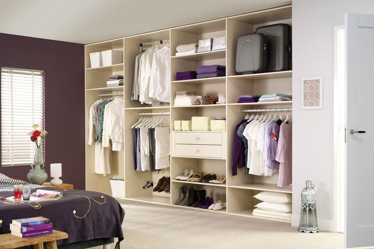 Med den måttbeställda inredningen Style och  dess höga finish finns valet att låta det vara en öppen garderob. Passar i till exempel sovrummet. Även med skjutdörrar framför sig ger den skräddarsydda inredningen ett överskådligt och lättillgängligt intryck.