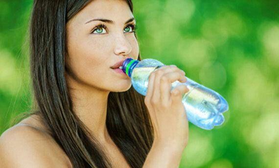 Bevi almeno 2 litri di acqua al giorno! !! Il nostro corpo lo è per il 70 %