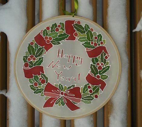 Яркий и праздничный венок из остролиста станет замечательным украшением дома, квартиры или сада, зарядит позитивным настроем. Может быть повешен на входную дверь. Волшебно смотрится при свете новогодних гирлянд.  Уникальность батика делает его отличным подарком на Новый Год или Рождество.