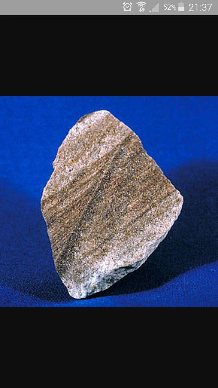 Arenisca La piedra arenisca es una roca sedimentaria de color variable formada durante muchos años bajo la superficie de océanos, lagos y ríos. Las cualidades de la roca arenisca cambian con los tipos de minerales que se acumulan para formar la roca. El cuarzo es el material que más se encuentra en esta piedra y que le aporta su brillo y tono satinado. El ambiente donde los componentes de la arenisca se depositan determina su naturaleza.